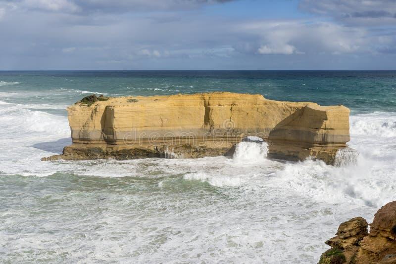 De mooie mening van de grote rots riep de Bakkersoven op een winderige zonnige dag, Grote Oceaanweg, Australië stock foto