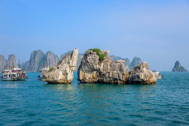 De mooie mening van Ha snakt Baai, een zeer populaire reisbestemming in Quang Ninh Province, noordoostelijk Vietnam royalty-vrije stock afbeelding