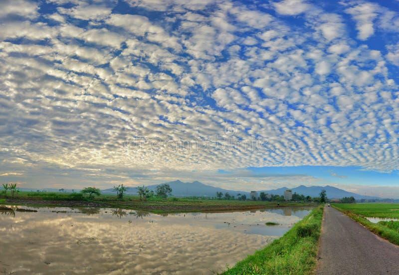 De mooie mening van het berglandschap met blauwe hemel bezinning royalty-vrije stock afbeelding