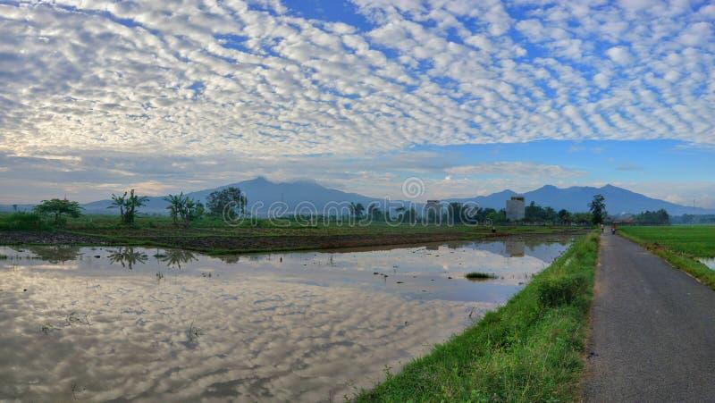 De mooie mening van het berglandschap met blauwe hemel bezinning royalty-vrije stock fotografie