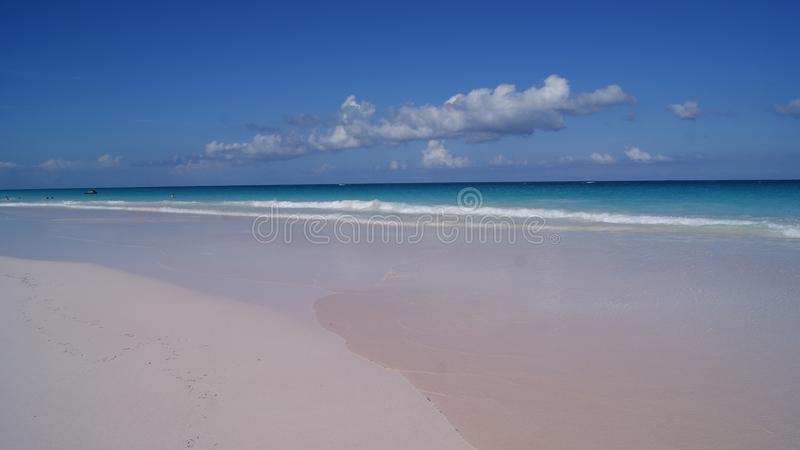 De mooie mening van het roze schuurt strand met turkoois glashelder water in Haveneiland, de Bahamas stock foto