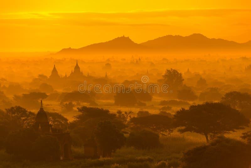 De mooie mening van het silhouetlandschap van zonsopgangochtend in Bagan, stock fotografie
