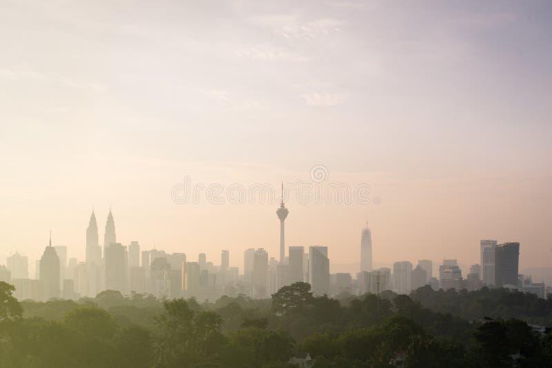 De mooie mening van Kuala Lumpur-stadshorizon in de vroege ochtend met nevel of mist en de bouw is semi silhouet royalty-vrije stock fotografie