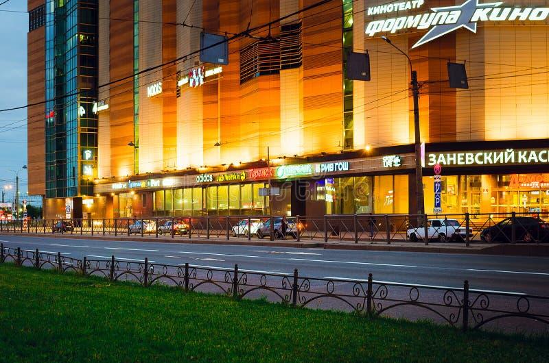 De mooie mening van de nachtstad in St. Petersburg Moderne architectuur stock foto's