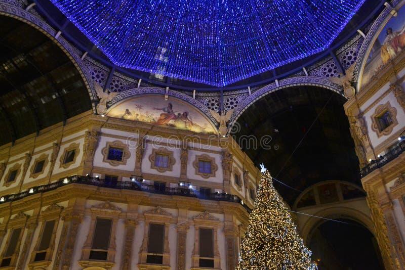 De mooie mening van de Nieuwjaarnacht aan de reuze blauwe koepel van Vittorio Emanuele II Galerij stock afbeelding