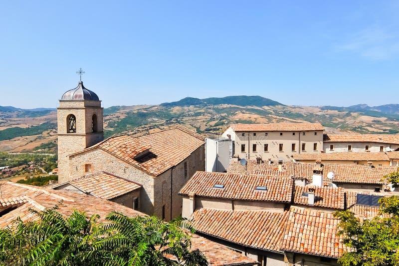 De mooie mening van Pennabilli, kleine comune, bepaalde de plaats ongeveer van 140 kilometers 87 mi zuidoosten van Bologna stock afbeeldingen