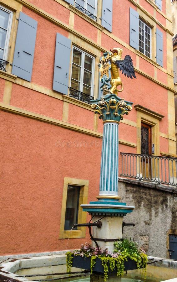 De mooie mening van de Stadsstraat van Griffon Fountain Fontaine Griffin in oude stad Neuchâtel, Siwtzerland, Europa royalty-vrije stock afbeeldingen