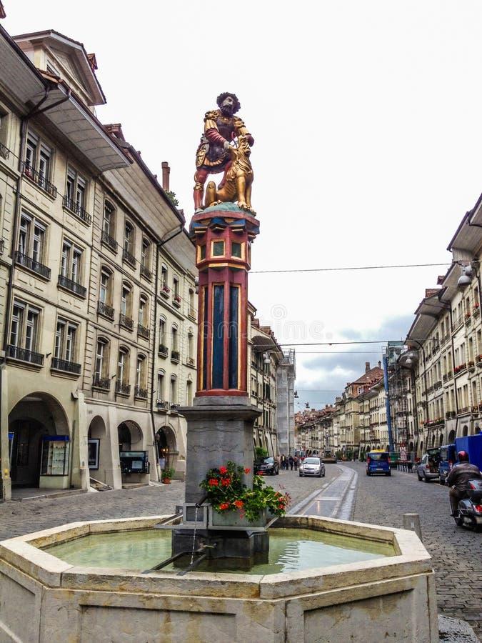 De mooie Mening van de Stadsstraat van kleurrijke middeleeuwse Samson-statu royalty-vrije stock foto