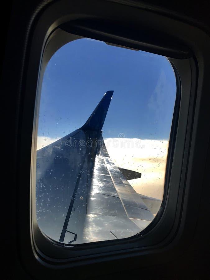 De mooie mening van vliegtuigvenster, grote vleugel van vliegtuigen toont gordijnstof stock foto