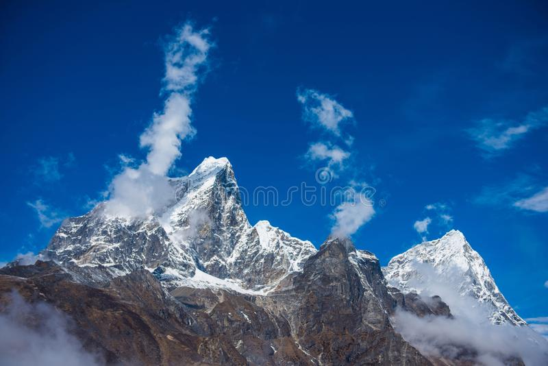 De mooie meningen van de sneeuwberg over route aan Everest-Basiskamp stock fotografie