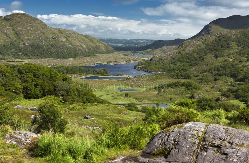 De mooie Meren van Killarney, nestvogel onder de bergen van Kerry op een zonnige de zomerdag Deze toneelmening van de vallei was  stock foto