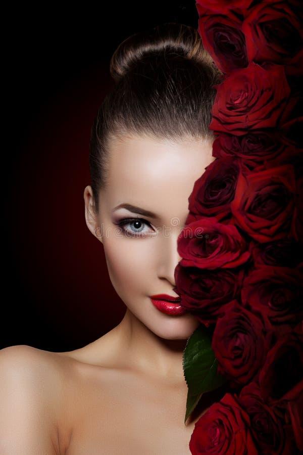 De mooie modelvrouw nam bloem in de salonmake-up van de haarschoonheid toe stock fotografie