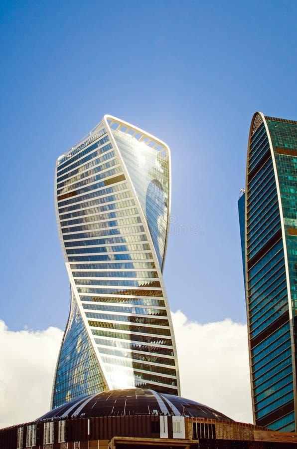 De mooie moderne gebouwen van de zaken centreren Moskou-Bedrog in het licht van de zonsondergang Dicht-u stock afbeelding