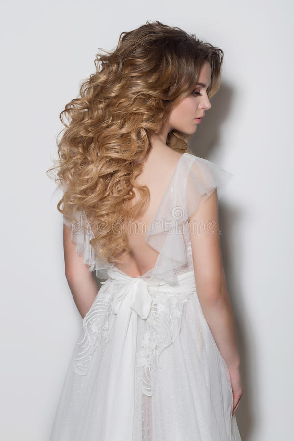 De mooie modieuze kapsels voor jonge meisjes mooie gevoelige bruid in een mooi huwelijk kleden zich op een witte achtergrond in T royalty-vrije stock fotografie