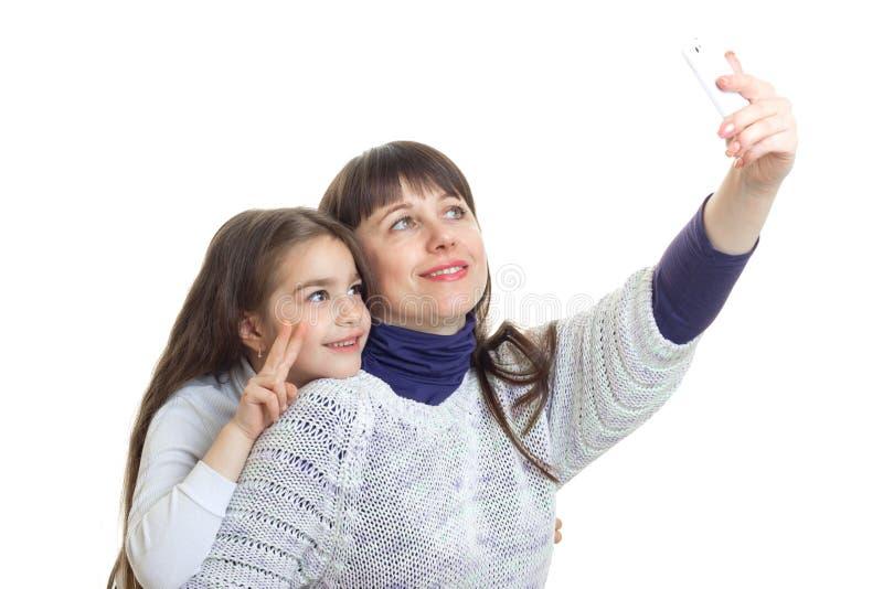 De mooie moeder met haar doughter maakt selfie royalty-vrije stock afbeeldingen