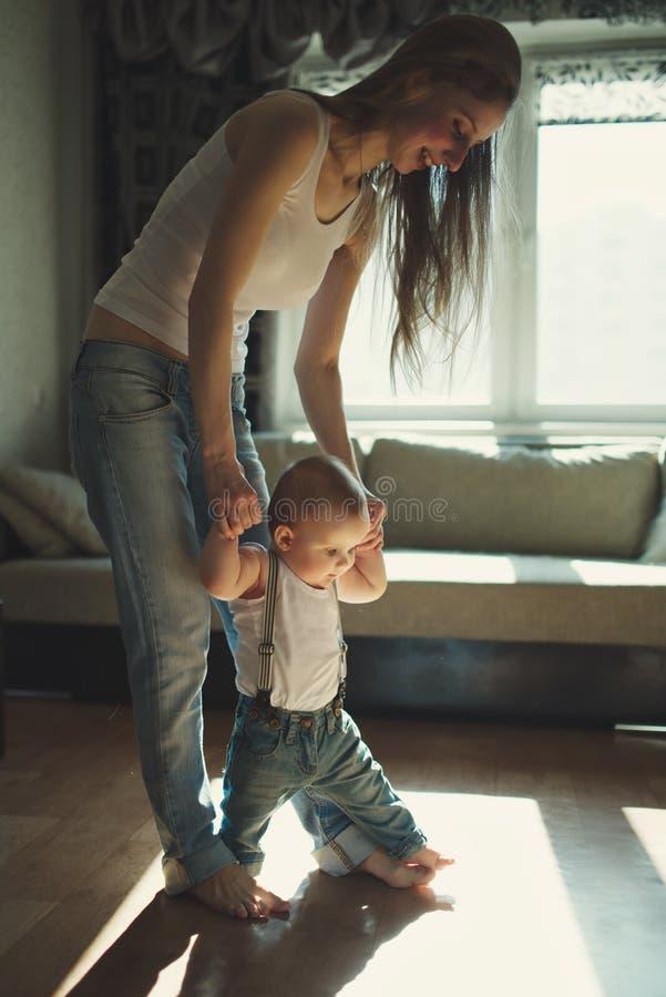 De mooie moeder onderwijst baby om te lopen royalty-vrije stock afbeeldingen