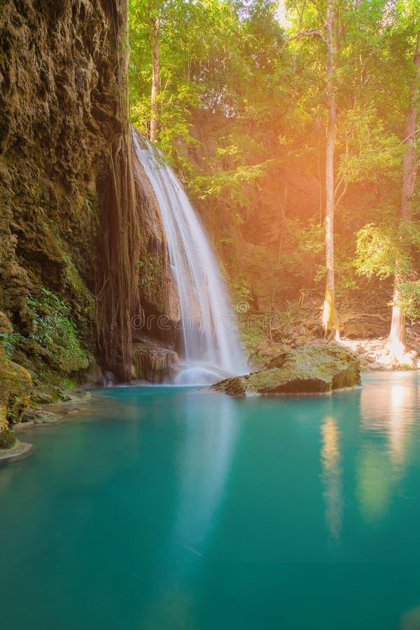 De mooie natuurlijke daling van het stroomwater van tropisch diep bos stock afbeelding