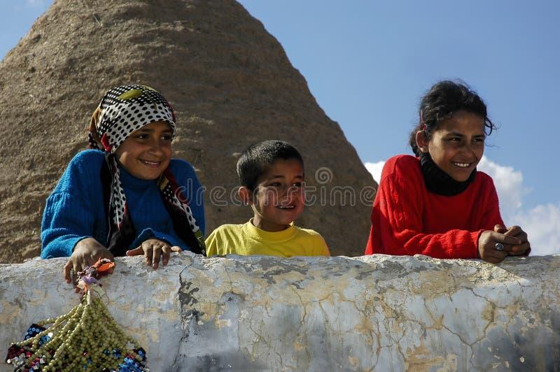 De mooie Oostelijke Kinderen glimlachen hoewel zelfde punt in Harran Turkije royalty-vrije stock afbeelding