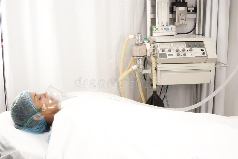 De mooie patiënt ontvangt verdovingsmiddel royalty-vrije stock foto