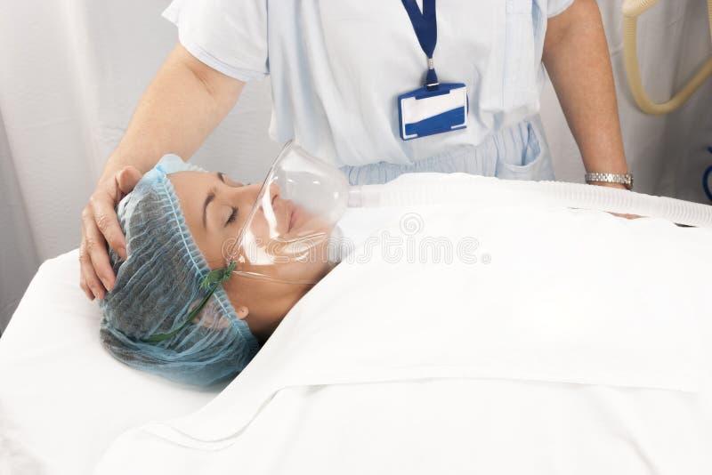 De mooie patiënt ontvangt verdovingsmiddel royalty-vrije stock foto's