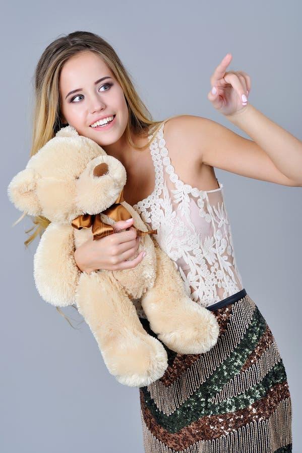 De mooie pluche van de meisjesholding draagt stuk speelgoed royalty-vrije stock foto