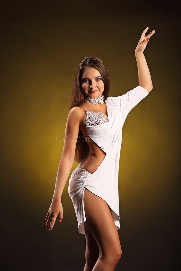 De mooie professionele danser voert latino dans uit Hartstocht en uitdrukking royalty-vrije stock afbeelding