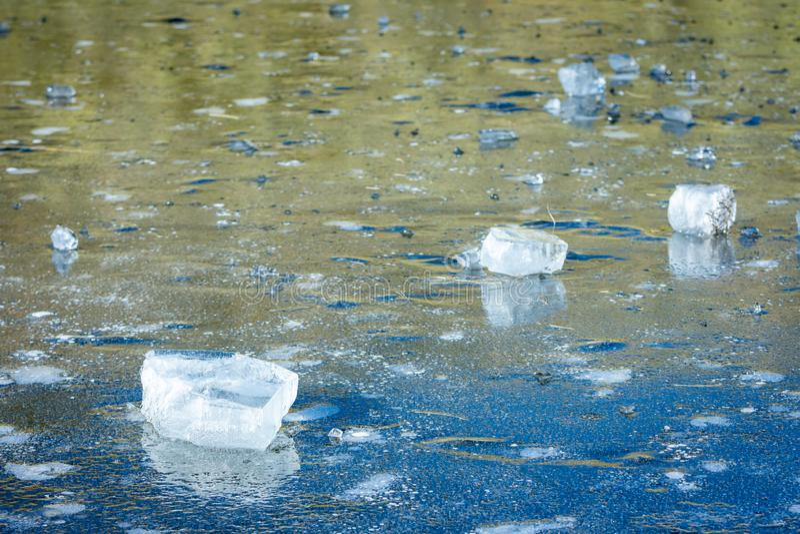 De mooie rechthoekige stukken van ijs op een bevroren meer met bokeh voeren en blauwe tonen, Gredos uit royalty-vrije stock foto's