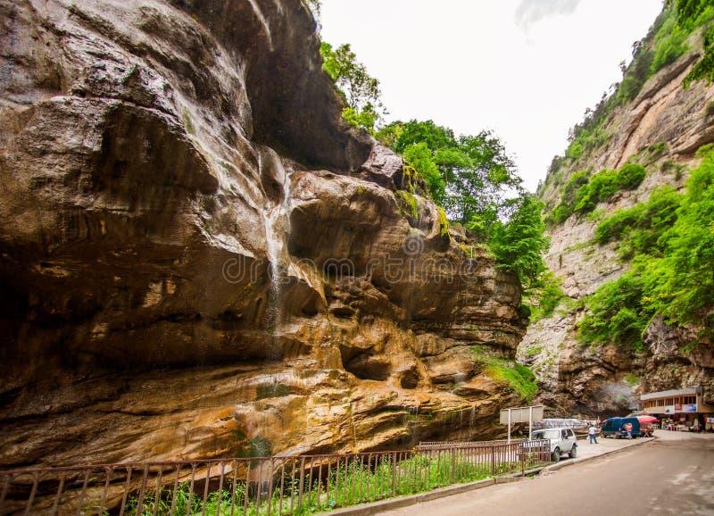 De mooie rij van de landschapsbodem van Chegem-watervallen stock afbeelding
