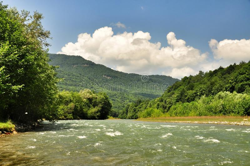 De mooie rivier van de landschapsberg op een zonnige dag stock foto's