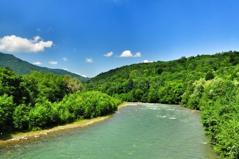 De mooie rivier van de landschapsberg op een zonnige dag stock afbeeldingen