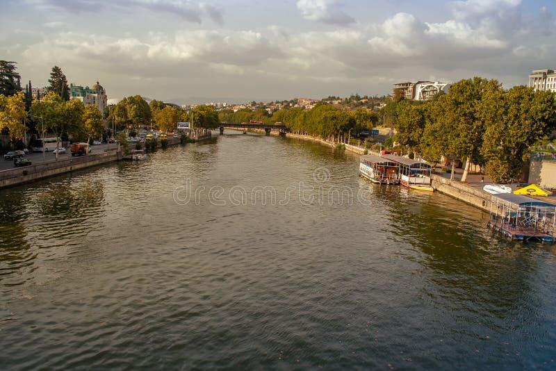 De mooie rivier van panoramamtkvari, de herfst, Tbilisi, Georgië stock foto's