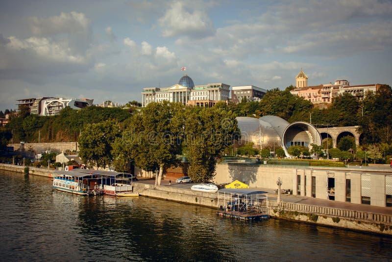 De mooie rivier van panoramamtkvari, de herfst, Tbilisi, Georgië royalty-vrije stock foto