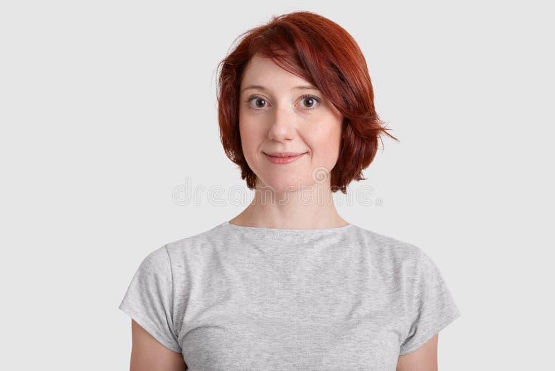 De mooie rode haired vrouw met minimaal maakt omhoog, gekleed in toevallige t-shirt, heeft aantrekkelijke verschijning, gezonde o royalty-vrije stock afbeeldingen