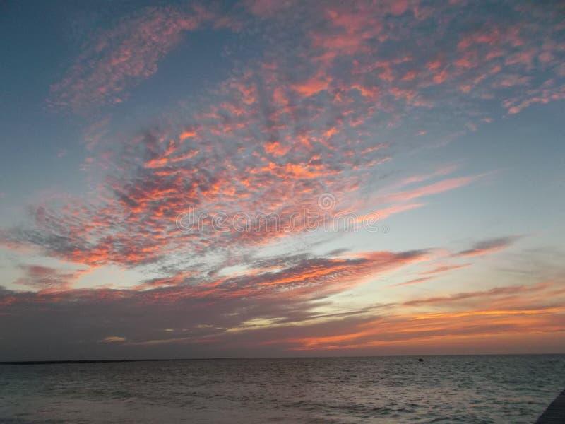 De mooie rode hemel bij zonsondergang stock foto