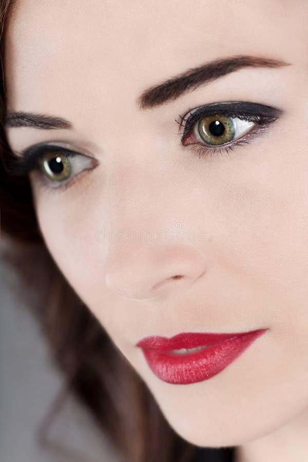 de mooie rode lippen van vrouwen groene ogen stock afbeelding