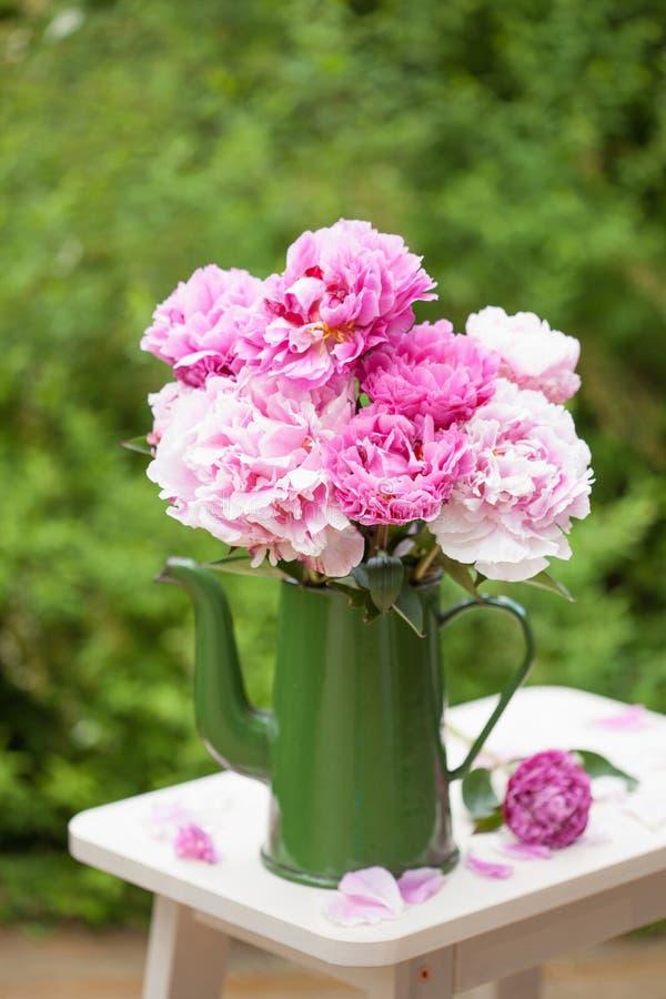 De mooie roze pioen bloeit boeket in tuin royalty-vrije stock afbeelding