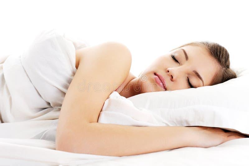 De mooie rustende witte deken van de vrouwendekking stock foto's