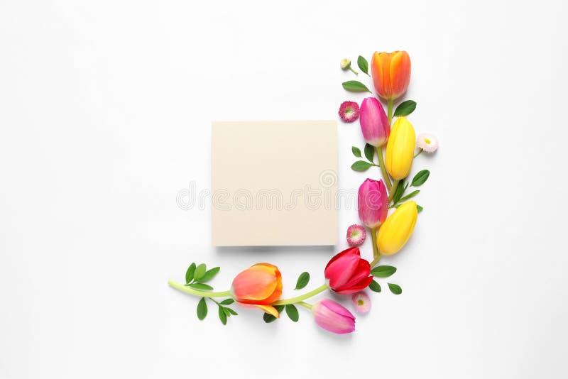 De mooie samenstelling met de lente bloeit en lege kaart op witte achtergrond, hoogste mening royalty-vrije stock foto