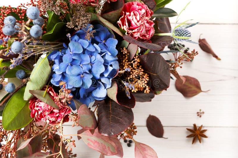 De mooie samenstelling van het de herfstboeket van droge weidebloemen en bladeren royalty-vrije stock fotografie