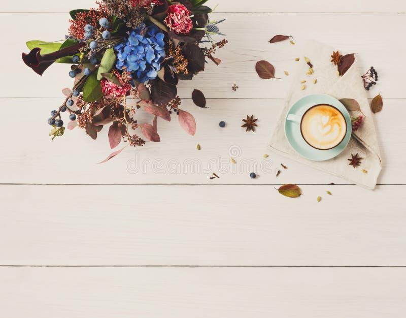De mooie samenstelling van het de herfstboeket van droge weidebloemen en stock foto's