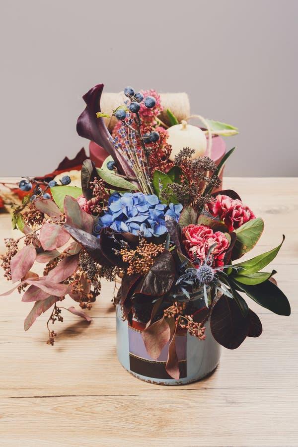 De mooie samenstelling van het de herfstboeket van droge weidebloemen en royalty-vrije stock foto