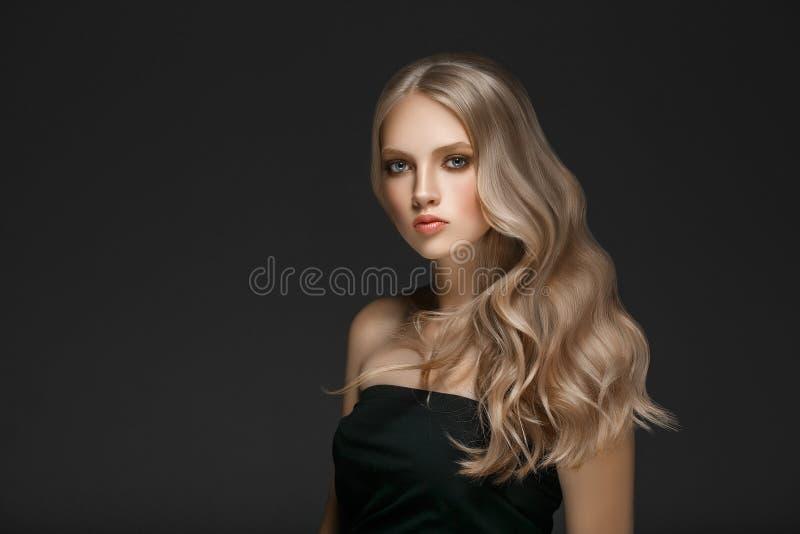 De mooie Schoonheid ModelGirl van de Blondevrouw met perfecte make-up ove royalty-vrije stock afbeelding