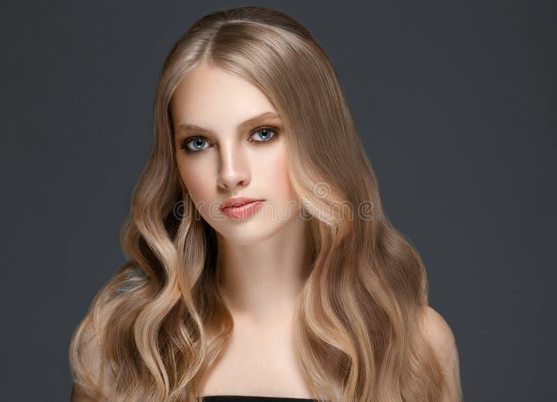 De mooie Schoonheid ModelGirl van de Blondevrouw met perfecte make-up ove royalty-vrije stock foto's