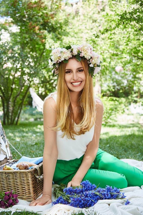 De mooie sexy blonde glimlach van de vrouwen gelukkige levensstijl, vakantie uit F stock fotografie