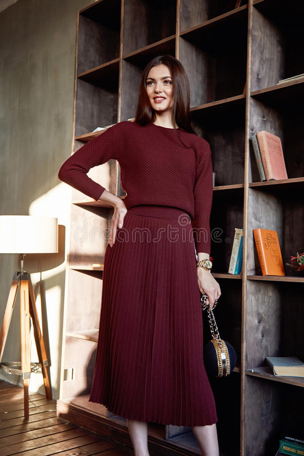 De mooie sexy de mannequinslijtage van het vrouwen van de de kledingswol van de donkerbruine haar modieuze rode van de de sweater royalty-vrije stock foto