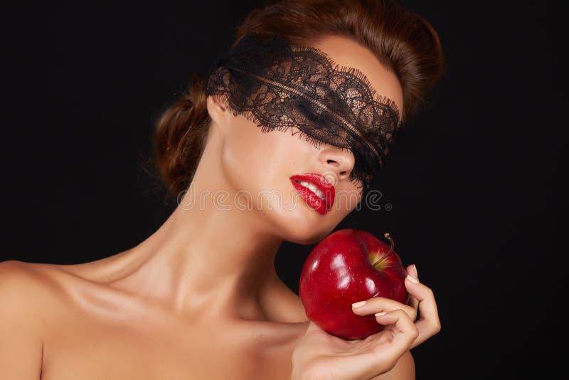 De mooie sexy donkerbruine vrouw die met kant rood appel gezond voedsel, smakelijk voedsel, organisch dieet eten, glimlacht gezon stock afbeeldingen