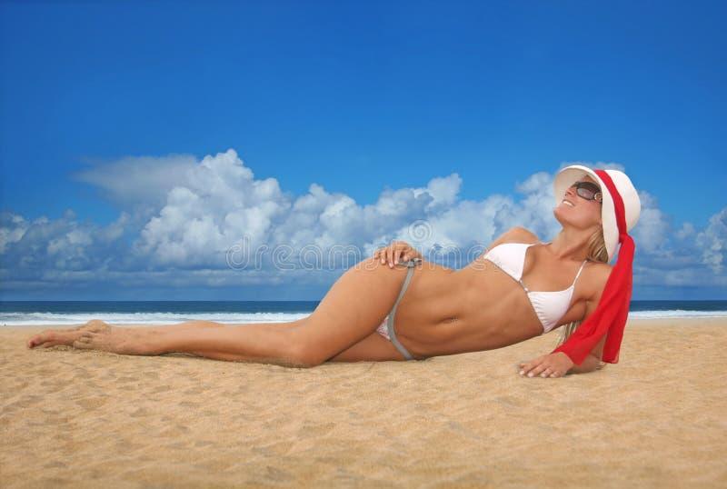 De mooie Sexy Gelooide Vrouw van de Blonde op het Strand stock fotografie