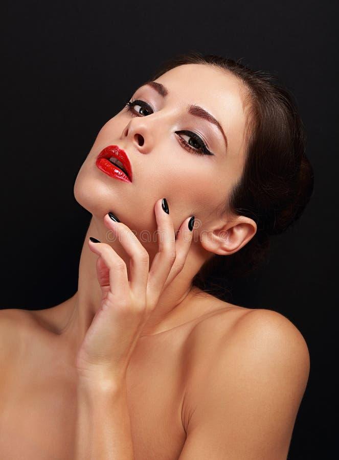 De mooie sexy make-upvrouw met heldere rode lippen en de zwarte manicured spijkers royalty-vrije stock afbeeldingen