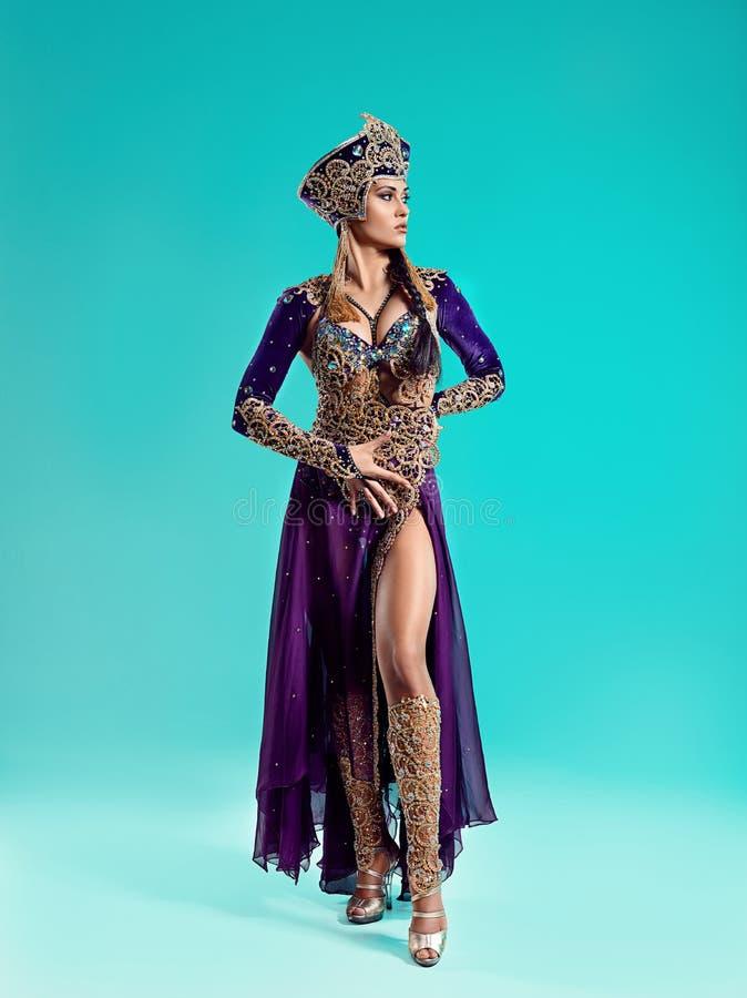 De mooie sexy modieuze donkerbruine jonge vrouw als Cleopatra royalty-vrije stock foto's