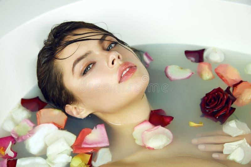 De mooie sexy vrouw neemt bad toenam de dagkuuroord van kaarsenvalentine royalty-vrije stock foto's